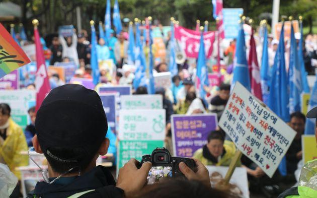 """""""제주 동성애 축제차량이 반대시민 깔아뭉갰다"""