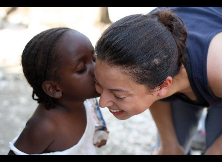 "Yvette leans in to kiss Kona Shen, 24, founder of <a href=""http://goalshaiti.org/"" target=""_hplink"">GOALS</a>, a nonprofit th"