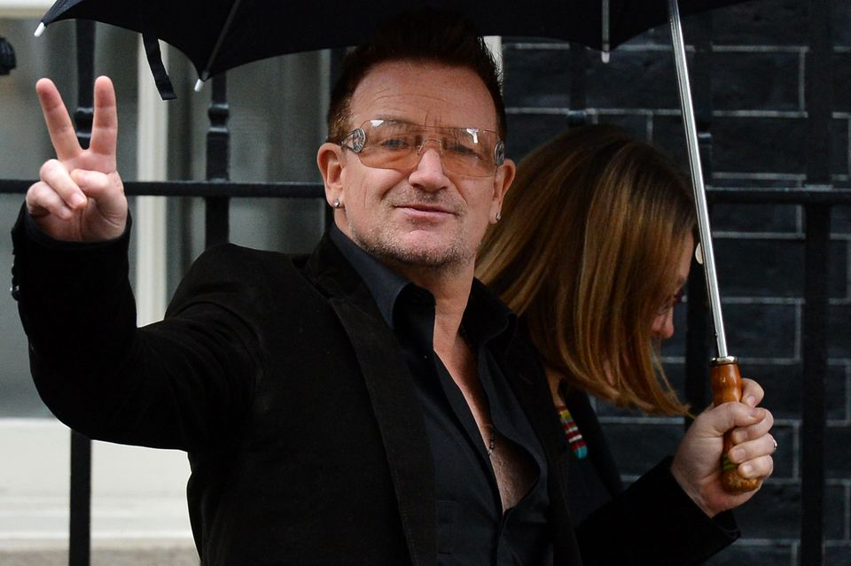 Irish musician Bono arrives at 10 Downing street in central London on March 18, 2013. AFP PHOTO / BEN STANSALL        (Photo