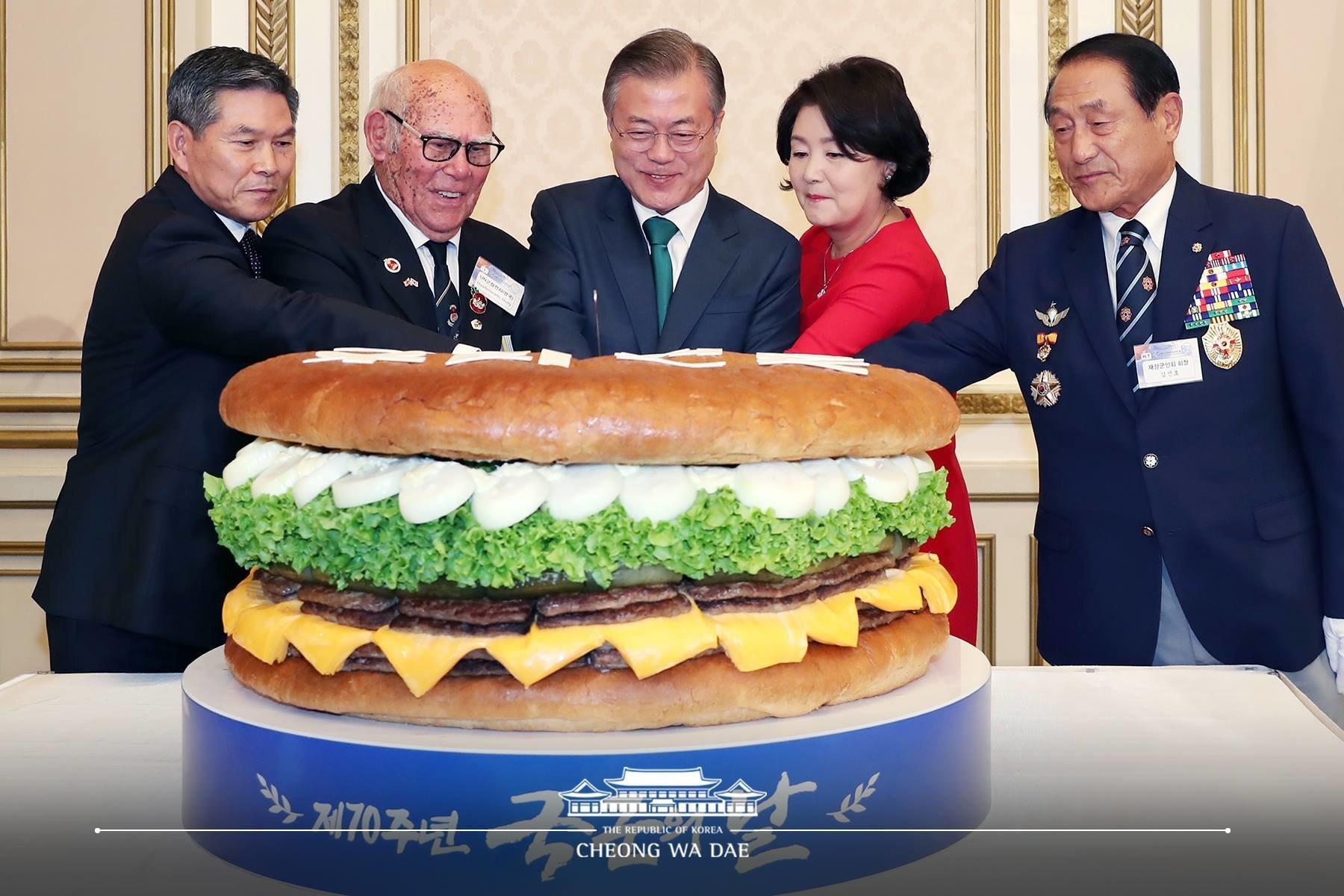 국군의날 청와대 축하행사에 등장한 대형 햄버거와 초코파이의