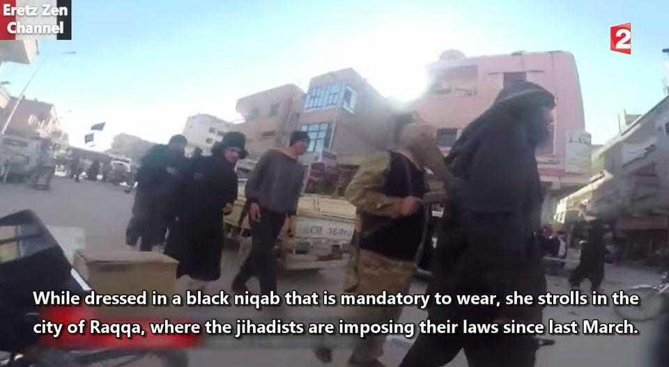 着用が義務付けられている黒いブルカに身を包んで、彼女はラッカの街を歩く。3月以来、ここでは「戦士たち」が、人々にイスラム法を守らせている。