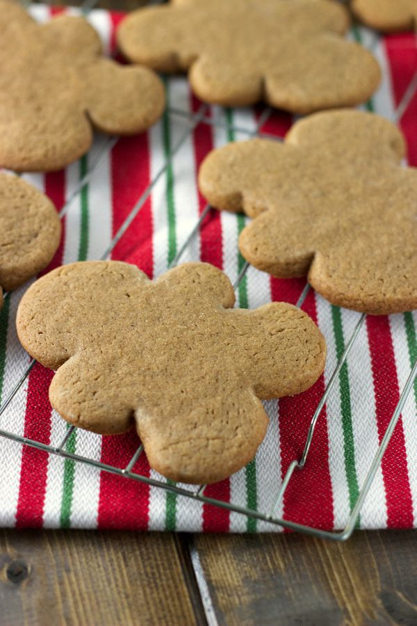 """<strong><a href=""""http://sweetasacookie.com/simple-gingerbread-cookies/"""" target=""""_blank"""">자세한 레시피는 여기를 클릭!</a> from Sweet As A"""