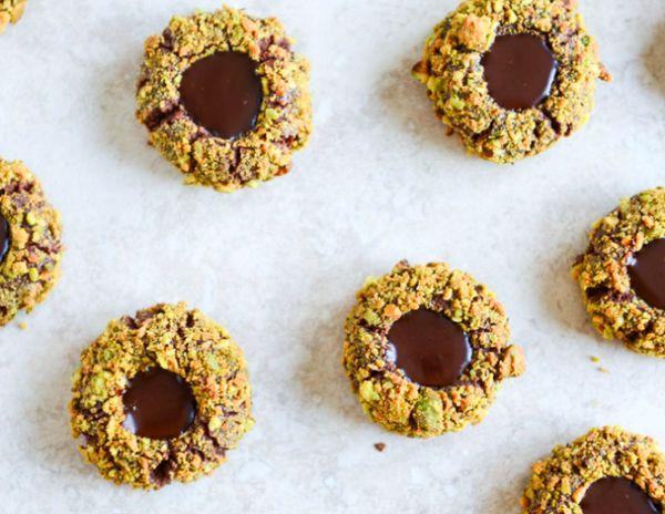 "<strong><a href=""http://www.howsweeteats.com/2013/12/chocolate-fudge-pistachio-thumbprints/"" target=""_blank"">자세한 레시피는 여기를 클릭!"