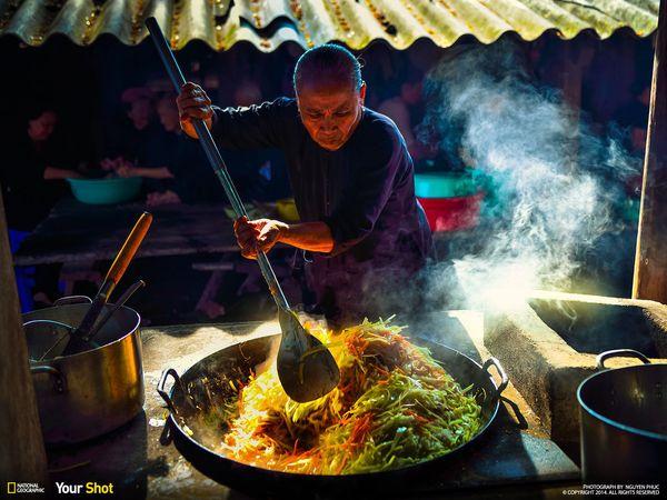 죽은 이를 위해 음식을 만드는 여자. 베트남에서는 죽은 사람에게 식사를 바치면서 남겨진 사람들의 행복을 기원하는 전통이 있다.