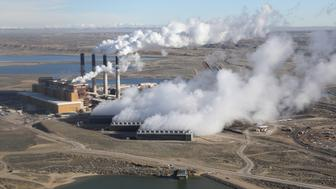 Steam rises from the coal-fired Jim Bridger power plant outside Rock Springs, Wyoming, U.S. April 5, 2017.  REUTERS/Jim Urquhart