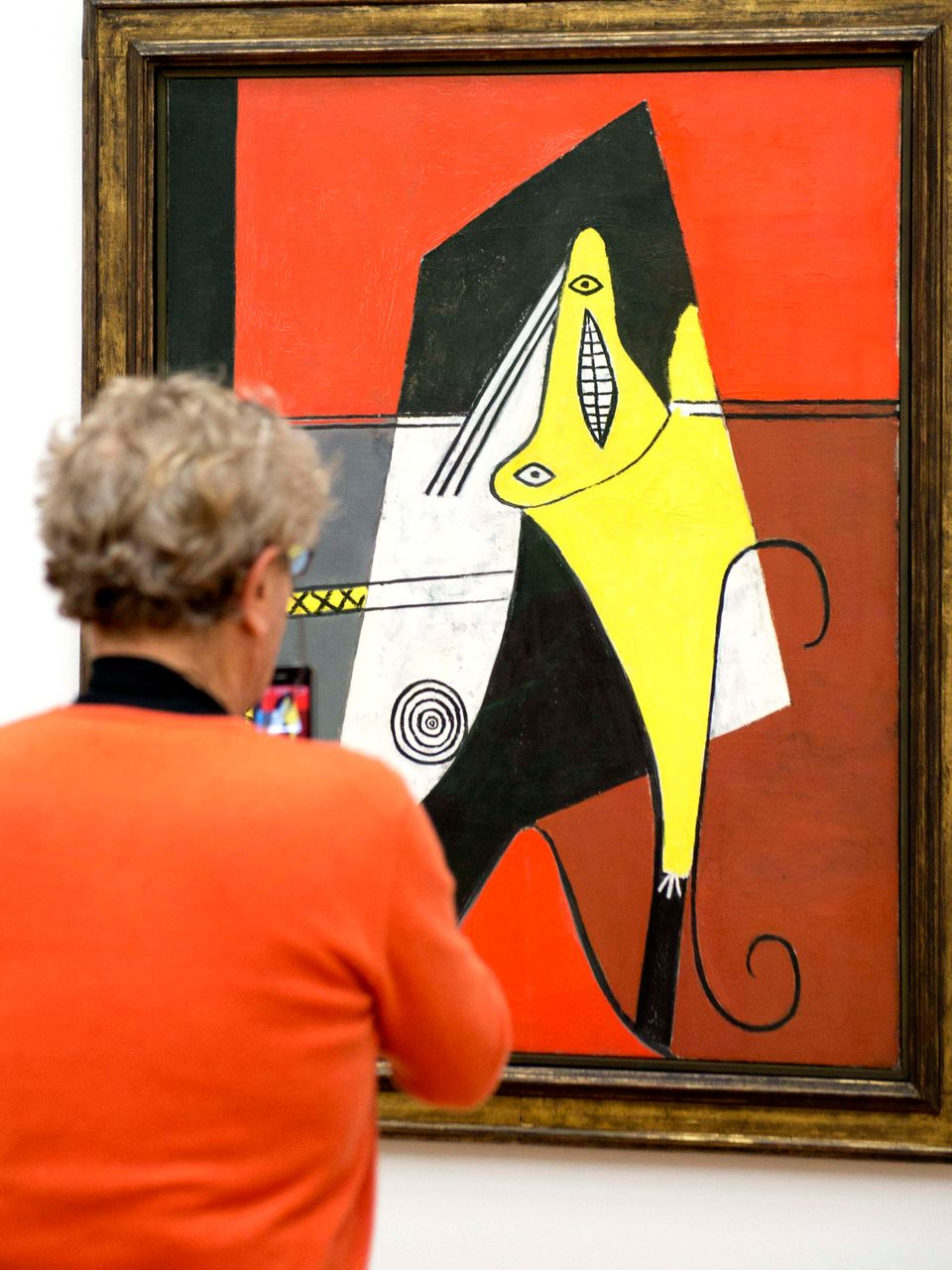 "A visitor looks at the painting ""Femme dans un fauteuil"" (1927) by Spanish painter Pablo Picasso (1881-1973) in the Kunstmuse"