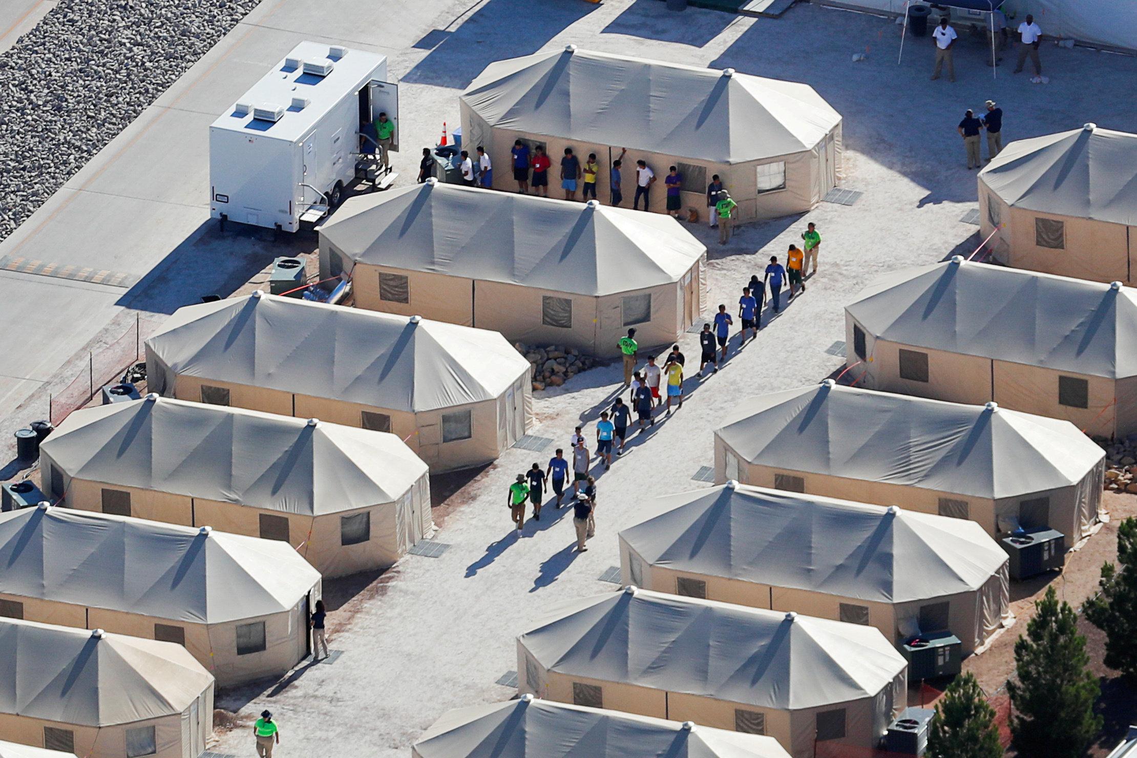 Στις ΗΠΑ του Τραμπ, παιδιά μεταφέρονται κρυφά στην έρημο του