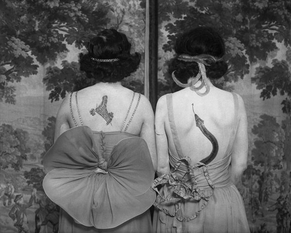 Women wearing tattoos and costumes. © CORBIS pour Bettmann - http://www.corbisimages.com.