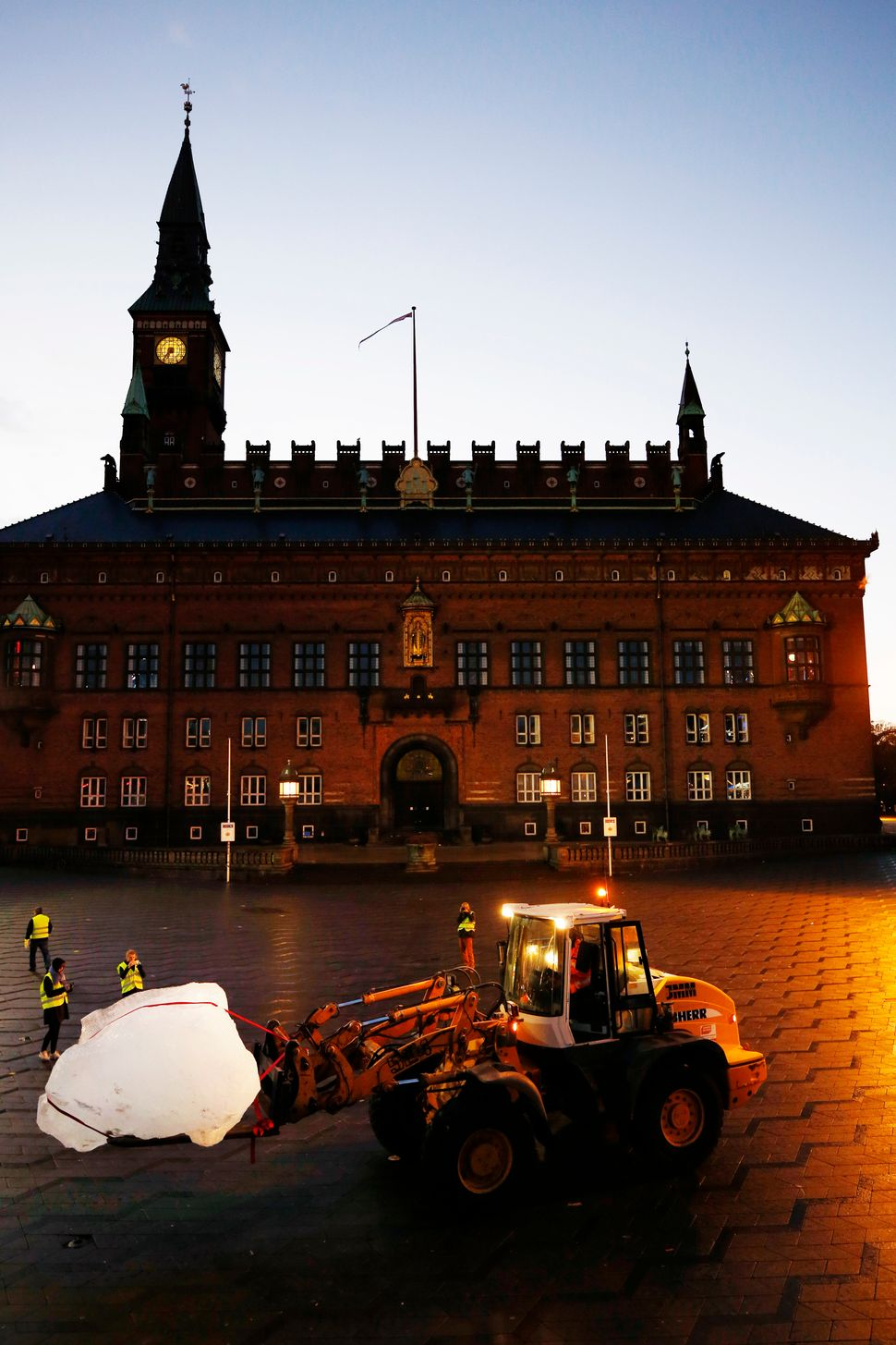 Installing inland ice from Greenland, City Hall Square, Copenhagen (Photo: Anders Sune Berg)