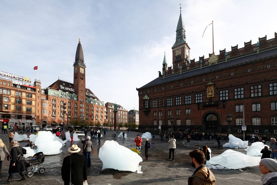 Ice Watch by Olafur Eliasson and Minik Rosing, City Hall Square, Copenhagen (Photo: Anders Sune Berg)