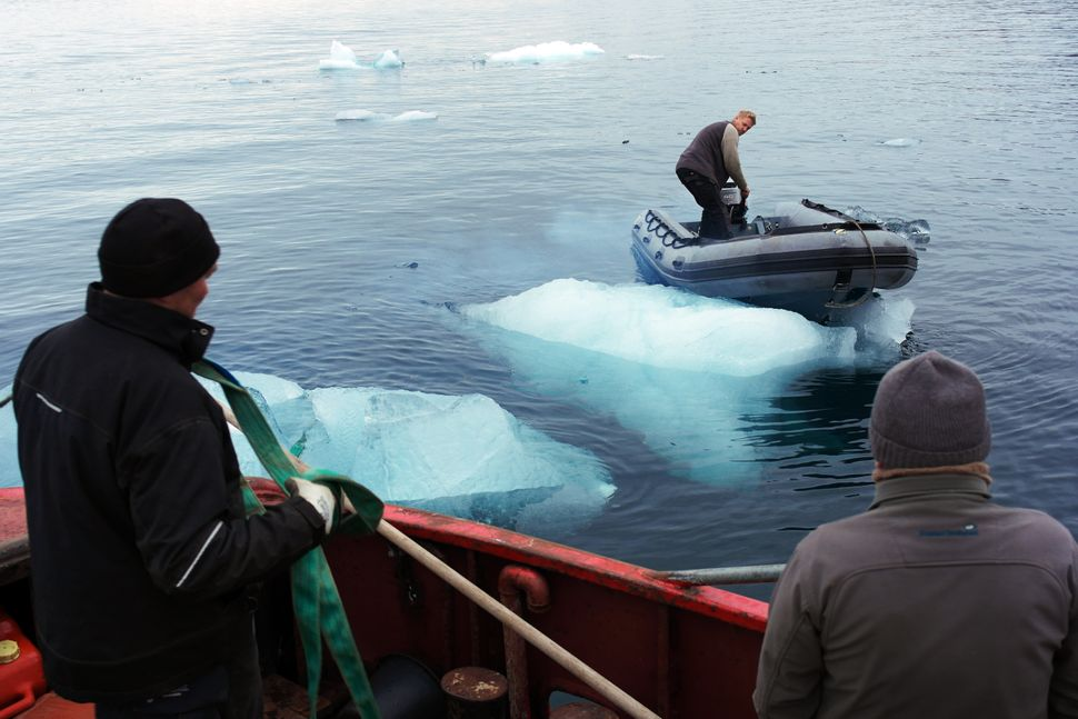 Harvesting ice floating in Nuup Kangerlua, Greenland (Photo: Group Greenland)