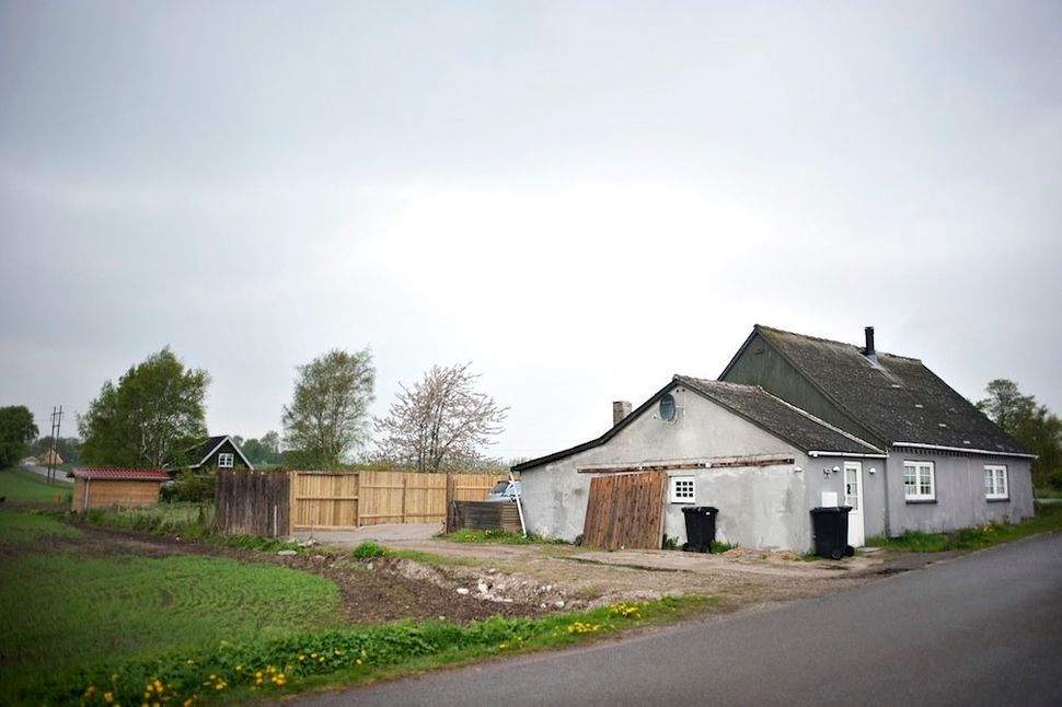 In a small village in Sealand,Bonnie owns a house where she worksevery dayfrom nine to four.When her day is over, she pic