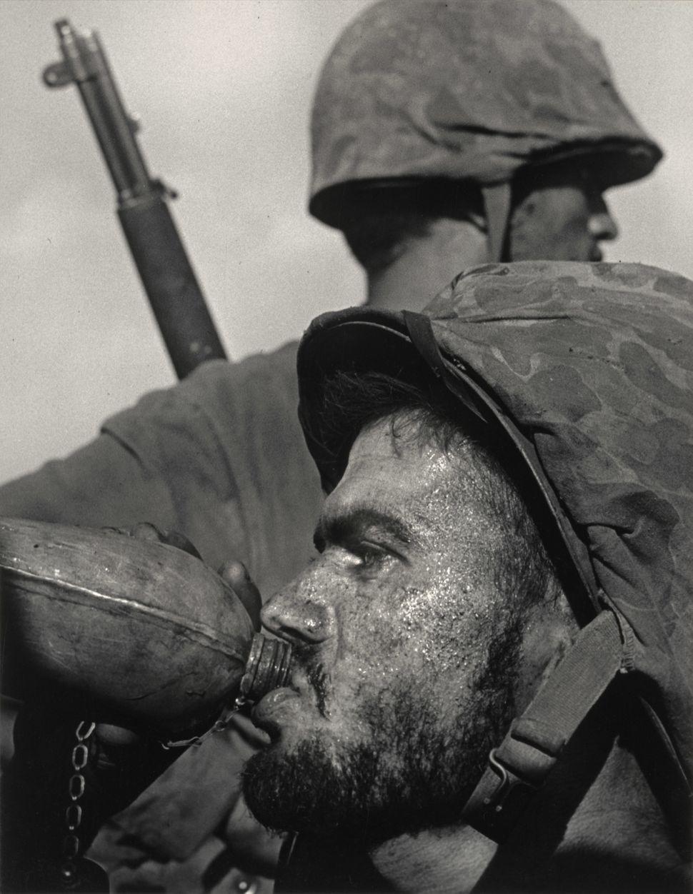 W. Eugene Smith, Aμερικάνος (1918–1978). Στρατιώτες στην πρώτη γραμμή του πολέμου, 1944