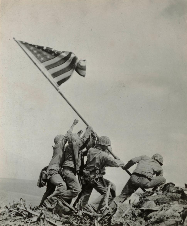Joe Rosenthal, Αμερικάνος (1911–2006). Ανεβάζοντας τη σημαία στην Iwo Jima, 23 Φεβρουαρίου, 1945