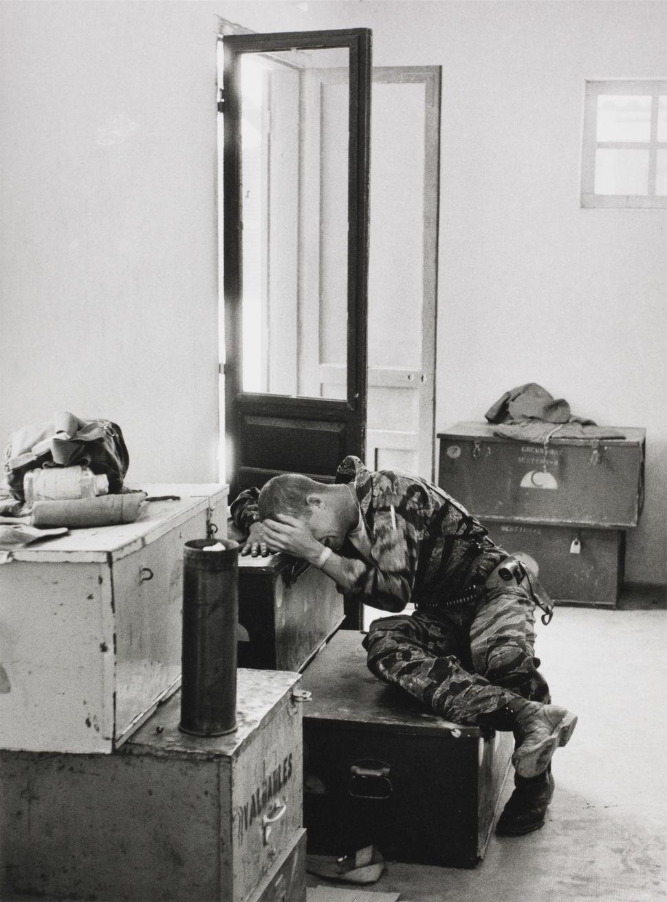 Larry Burrows, Βρετανός (1926–1971). Μετά το τέλος της αποστολής, αυτός ο στρατιώτης αφήνει τον εαυτό του ελεύθερο,  1965