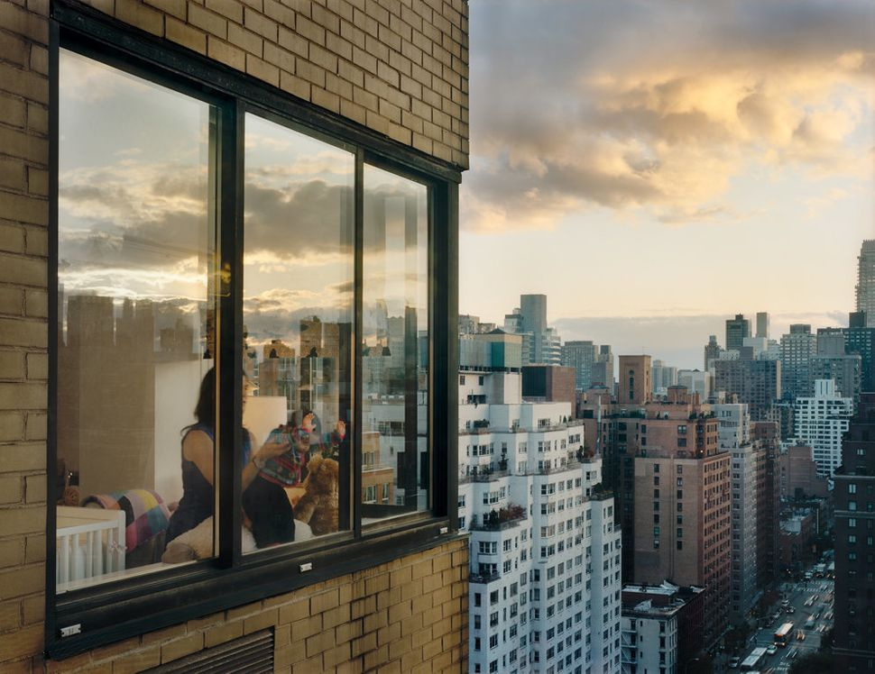 Upper East Side, 1438 3rd Avenue, Baby at window, 2008 (Courtesy Galerie Esther Woerdehoff)