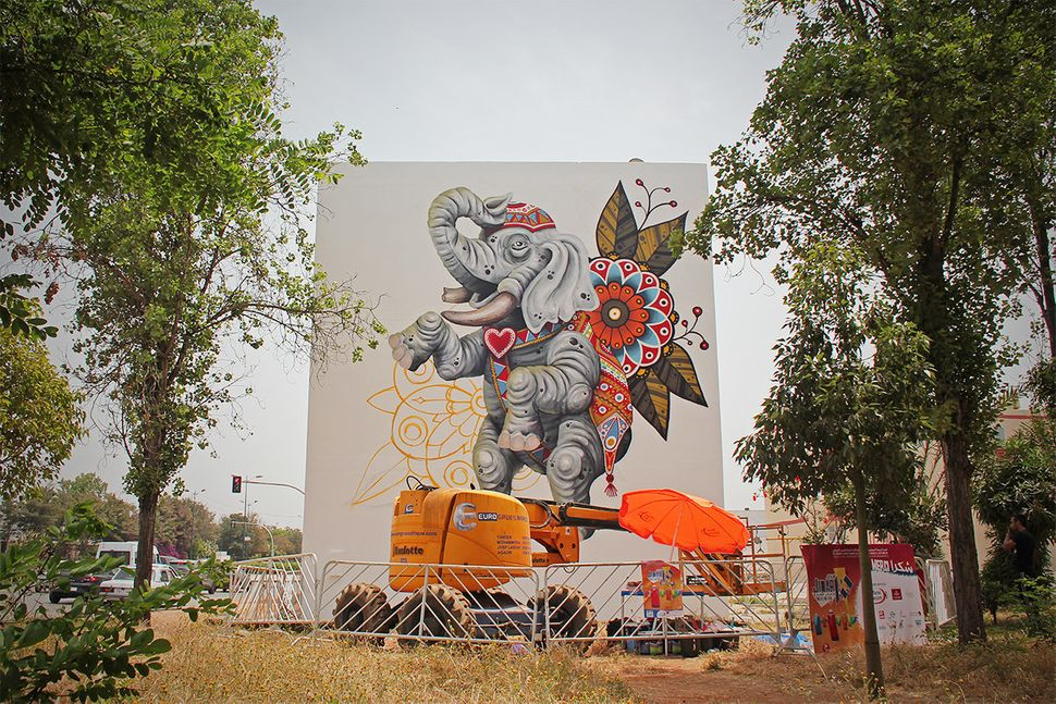 "Cisco is<a href=""http://www.fatcap.com/artist/cisco.html"" target=""_blank""> a major figure in the Spanish graffiti scene.</a>"