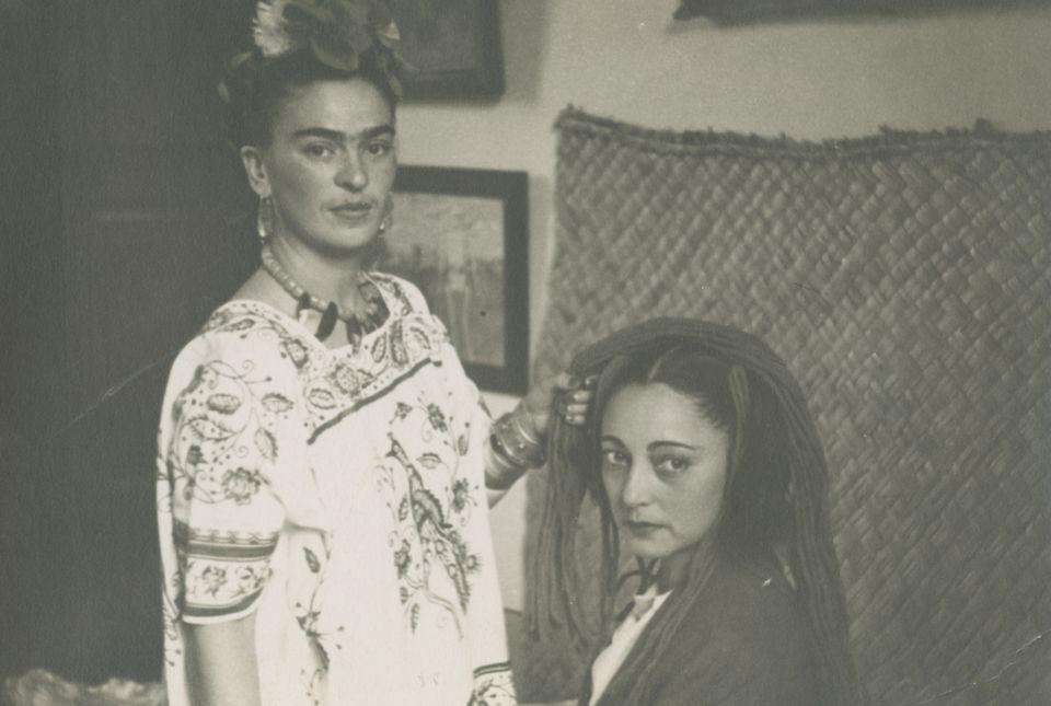 Imagem anônima de Frida Kahlo fazendo tranças em Rosa Covarrubias, 1940, papel de gelatina e prata