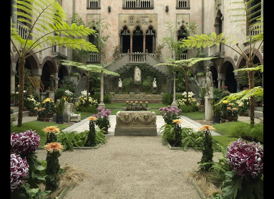 "Boston's <a href=""http://www.gardnermuseum.org/"" target=""_hplink"">Isabella Stewart Gardner Museum</a> has an inner courtyard,"