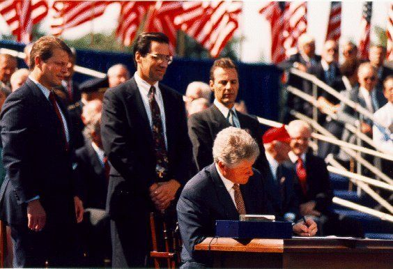 Description 1 President Bill Clinton signing the North American Free  ... gov/White_House/Family/images/raw/nafta_signing. gi