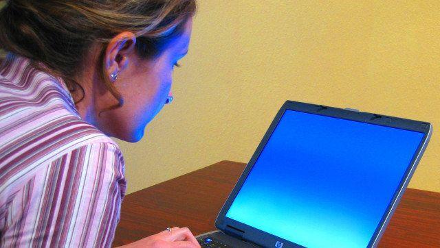 Description A woman typing on a laptop Une femme travaillant sur un  ... Original upload log: Category:Portable computers. Up