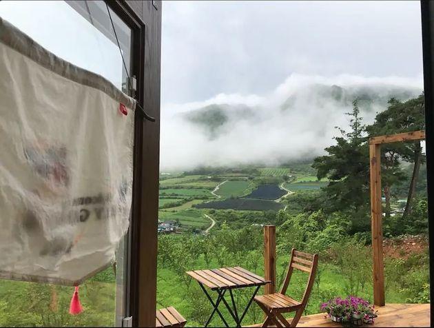 오두막을 표방한 수많은 숙소 중에서도 '홀리가든'이 특별한 이유는 침실과 다락의 창으로 보이는 뷰 때문이다. 유럽 작은 마을을 연상시키는 산 중턱의 숙소는 한적하고