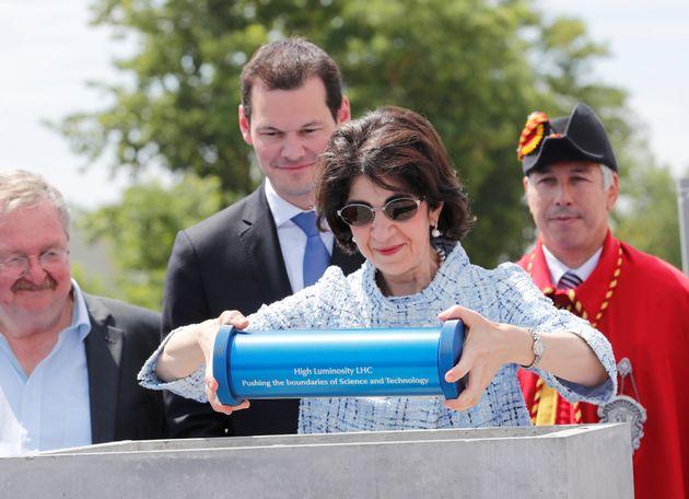 여성 최초로 CERN 총국장을 맡고 있는 이탈리아 출신 분자물리학자 파비올라