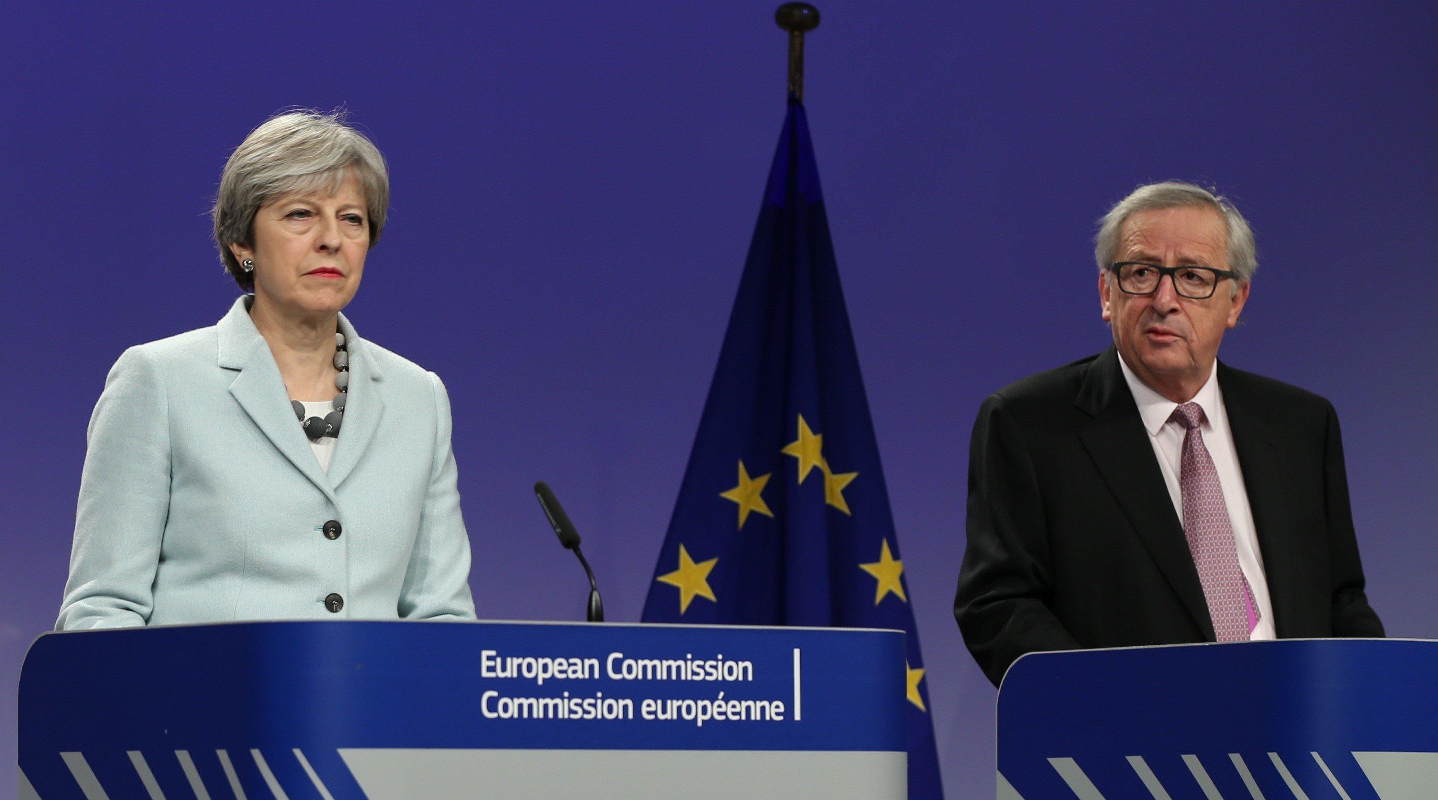사진은 테레사 메이 영국 총리와 장-클로드 융커 EU 집행위원장이 벨기에 브뤼셀에서 공동기자회견을 하는 모습. 2017년 12월8일.