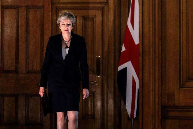 테레사 메이 영국 총리가 '잘츠부르크 EU 정상회담' 이후 유럽연합(EU)과의 브렉시트 협상에 대한 기자회견을 마치고 관저를 떠나는 모습. 2018년
