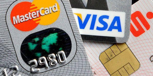 ARCHIV - Kredit- und Bankkarten mit Chip liegen am 18. November 2009 in Gelsenkirchen. Bundesverbraucherschutzministerin Ilse