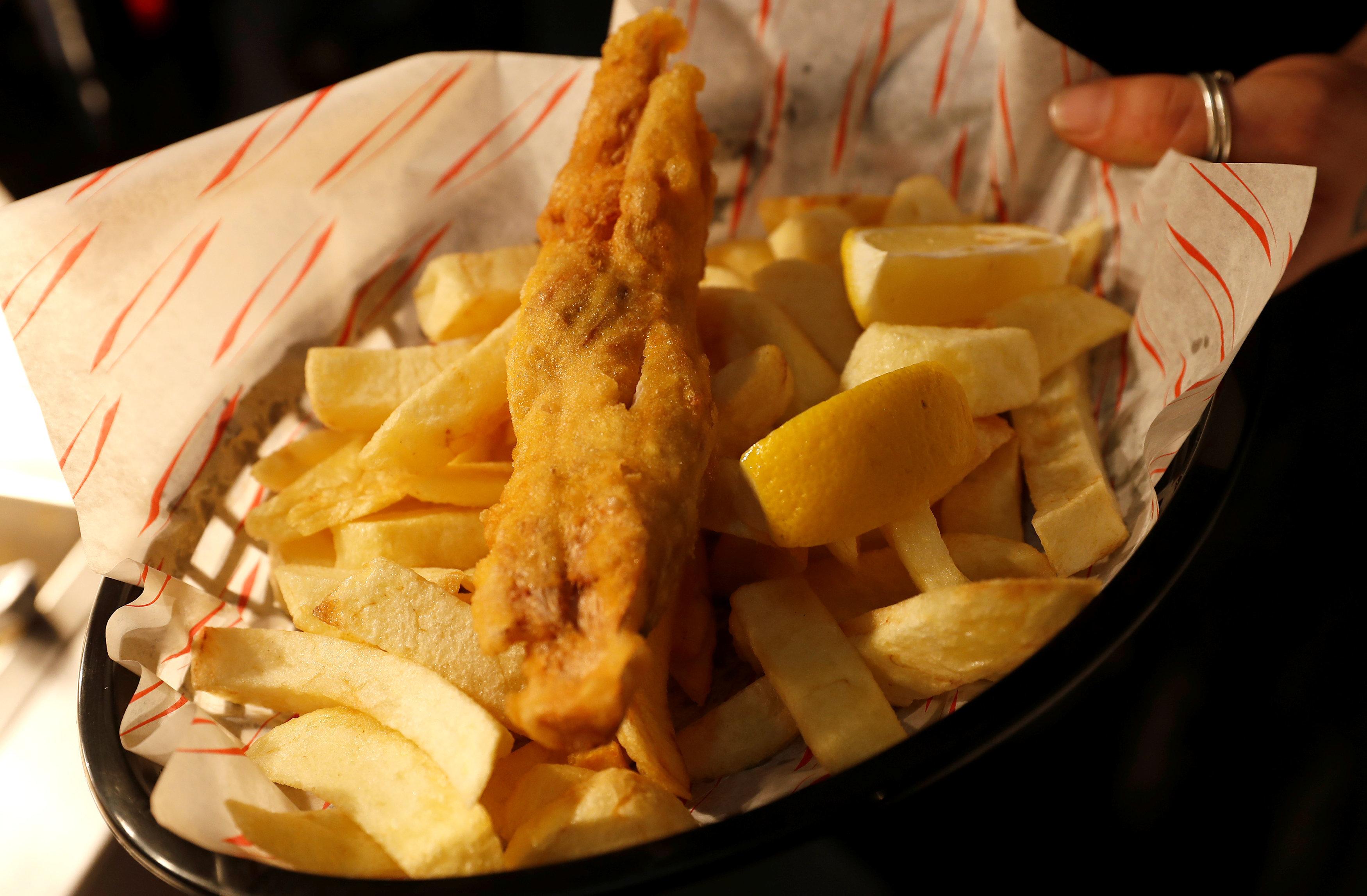Δεν θα μαντέψετε με τι αντικατέστησαν το ψάρι σε βέγκαν «fish & chips» εστιατόριο