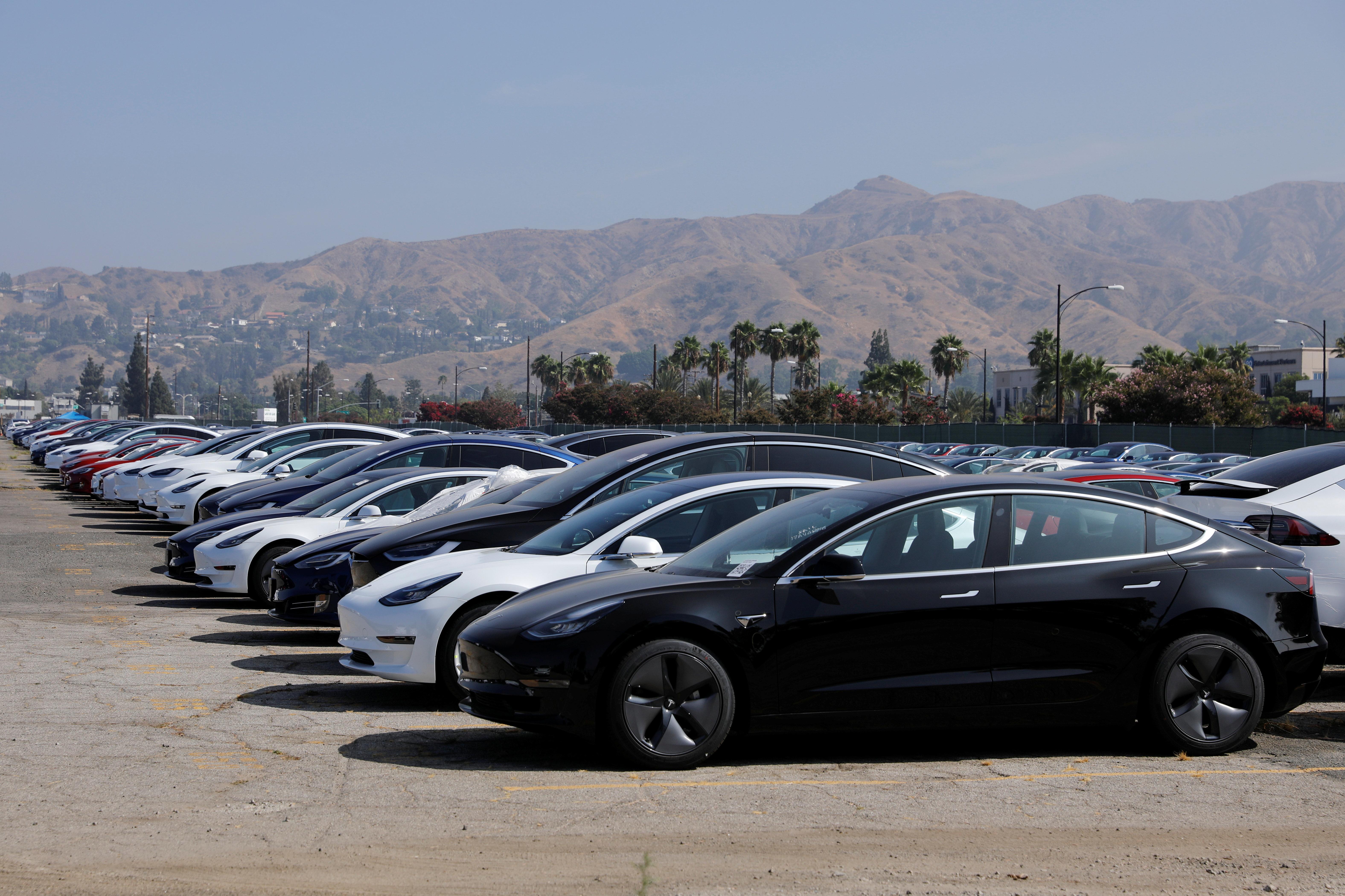 미국 캘리포니아주 버뱅크(Burbank) 공항 인근 한 주차장에 막 생산된 것으로 보이는 테슬라 차량들이 주차되어 있는 모습. 2018년 8월24일.
