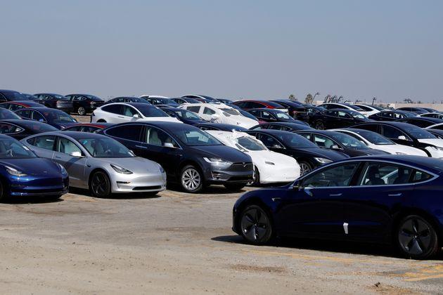 미국 '네티즌 수사대'가 수백대씩 수상하게 방치된 테슬라 신차들을