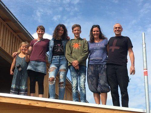 Sabrina und ihre Kinder stehen mit anderen Genos auf dem Dach ihres zukünftigen