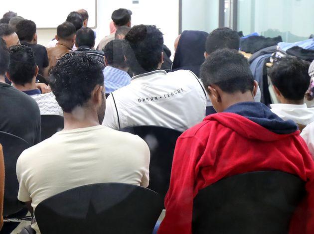 예멘 난민 신청자들이 지난 6월 29일 제주시 제주이주민센터에서 국가인권위원회의 인권상담을 위해 대기하고 있다