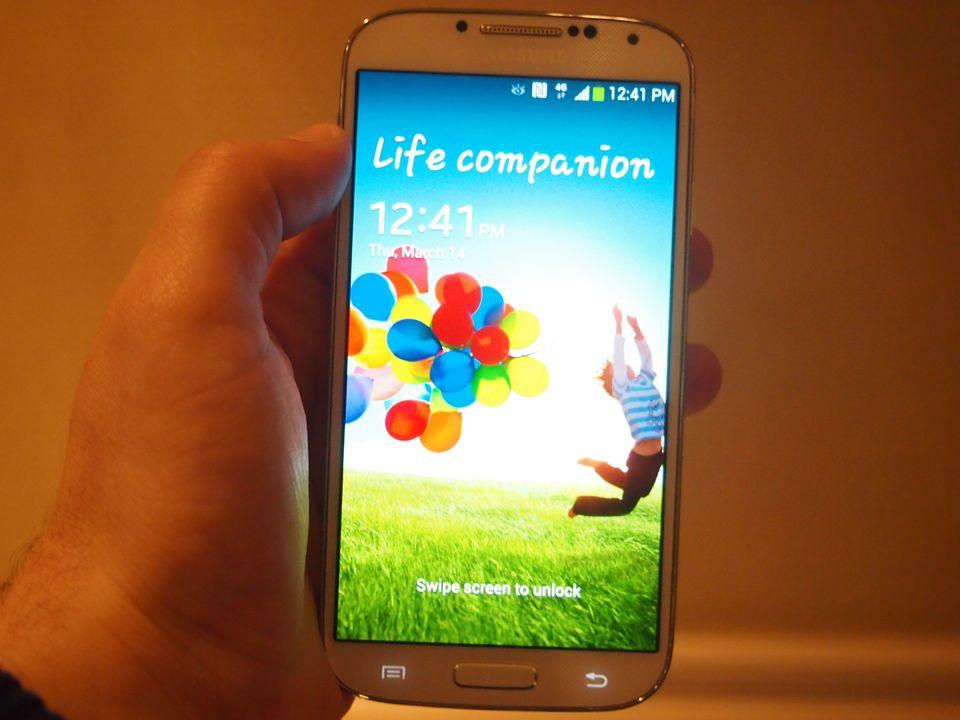 The lockscreen on the Galaxy S4.   Image credit: HuffPost/Jason Gilbert