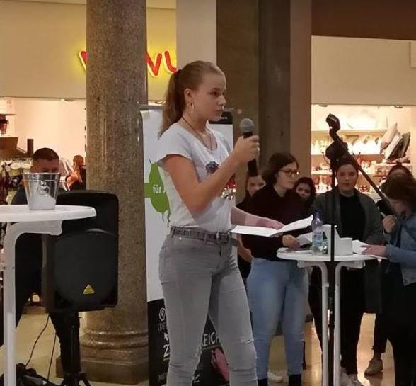 Γερμανία: Το ποίημα κόρης ακροδεξιάς πολιτικού έφερε