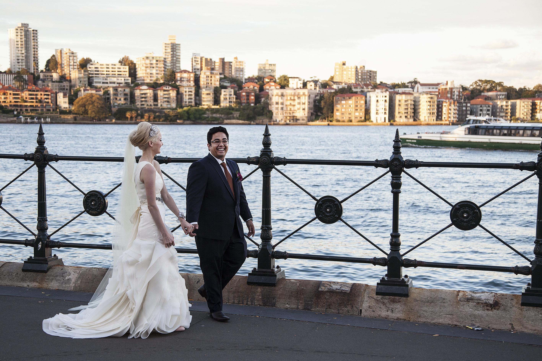 Hochzeit: Paar macht Fotos –alle achten darauf, was im Hintergrund