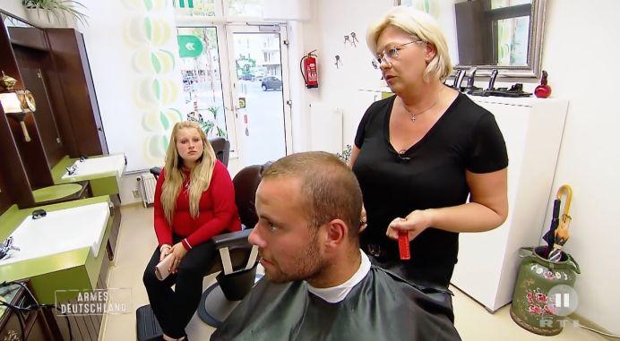Hartz-IV-Empfänger spricht vor Friseurin über Geld –die rastet