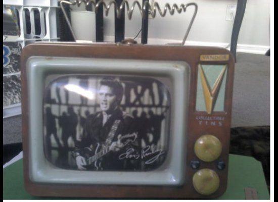 "<a href=""http://www.ebay.com/itm/Elvis-Presley-Collectible-Tin-Lunch-Box-/260877125157?pt=LH_DefaultDomain_0&hash=item3cbd7d0"