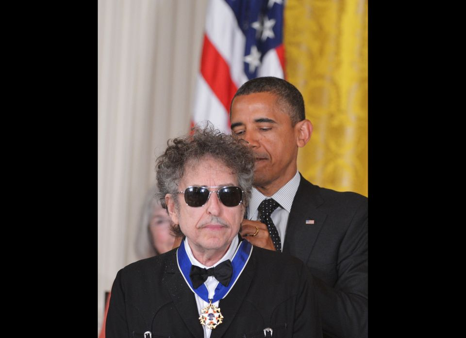 US President Barack Obama presents the Presidential Medal of Freedom tomusician Bob Dylan during a ceremony on May 29, 2012 i