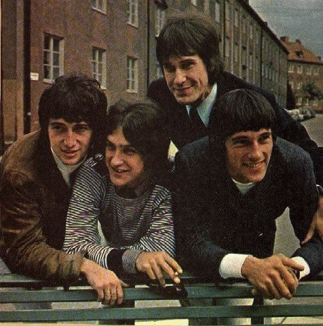 From left to right: en:Pete Quaife , en:Dave Davies , en:Ray Davies , en:Mick Avory  (the band's lineup Feb 1964–June 1966, N