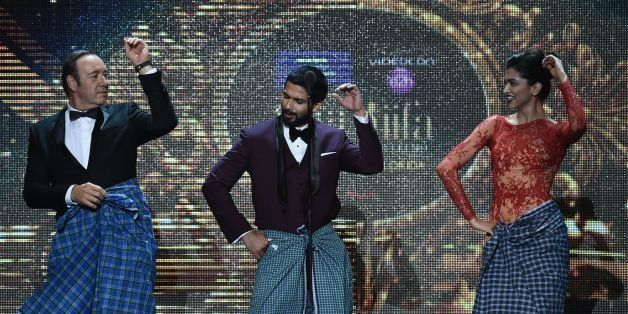 (From L-R) US actor Kevin Spacey, Bollywood actor Shahdid Kapoor (C) and Bollywood actress Deepika Padukone  perform on stage