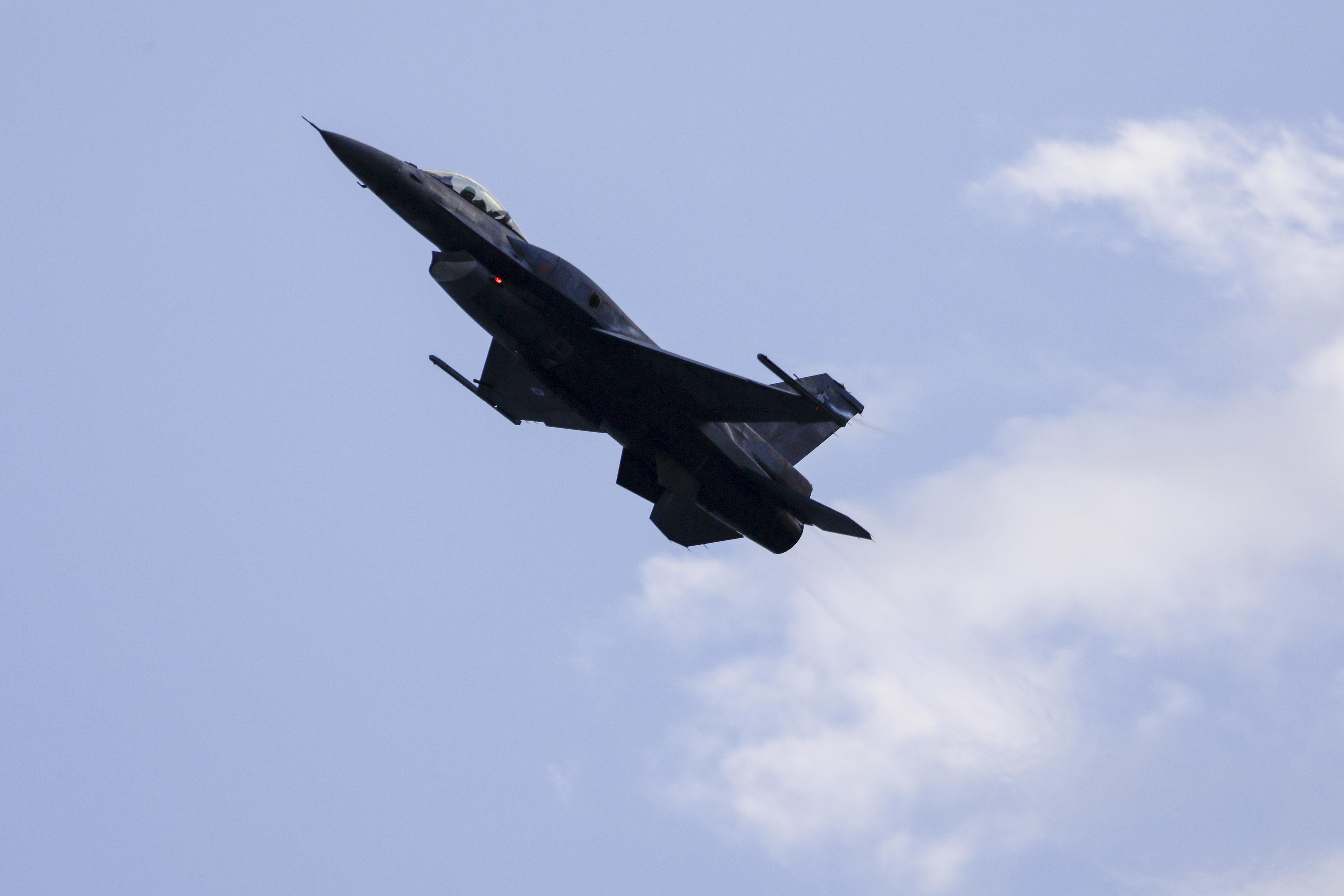 Διαμαρτυρία της αντιπολίτευσης στην Κύπρο για υπερπτήσεις ελληνικών F-16 στα κατεχόμενα κατά την διάρκεια στρατιωτικής παρέλασης
