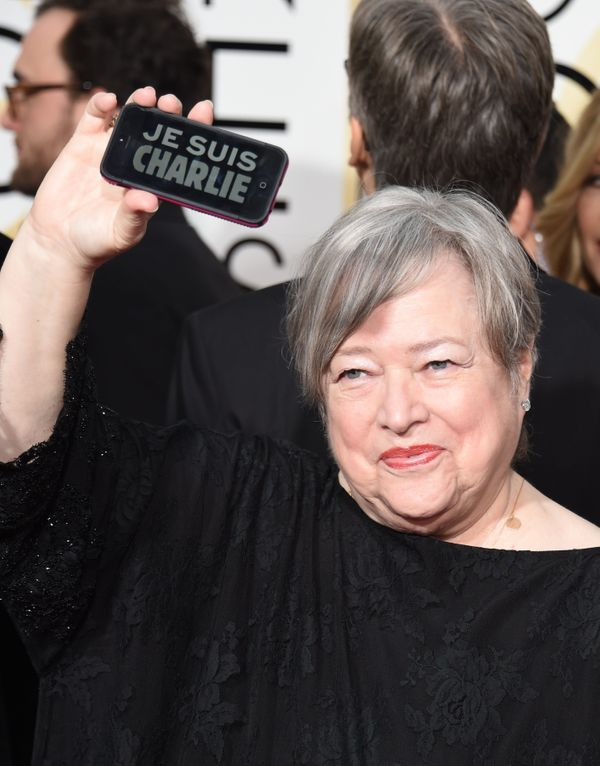 Actress Kathy Bates shows a 'Je suis Charlie' on her phone as she arrives on the red carpet for the 72nd Annual Golden Globe