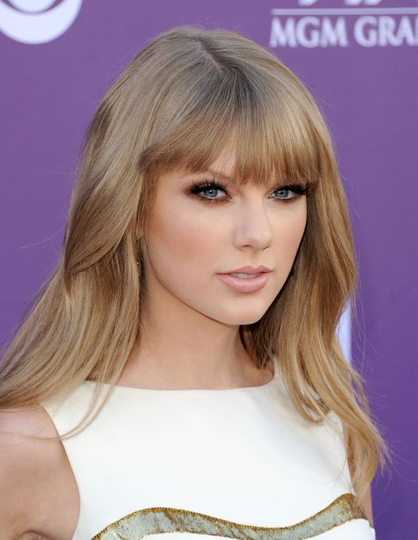 Taylor sported voluminous hair with bangs ...