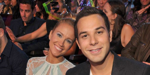 UNIVERSAL CITY, CA - AUGUST 11:  Actors Anna Camp (L)  and Skylar Astin attend the 2013 Teen Choice Awards at Gibson Amphithe
