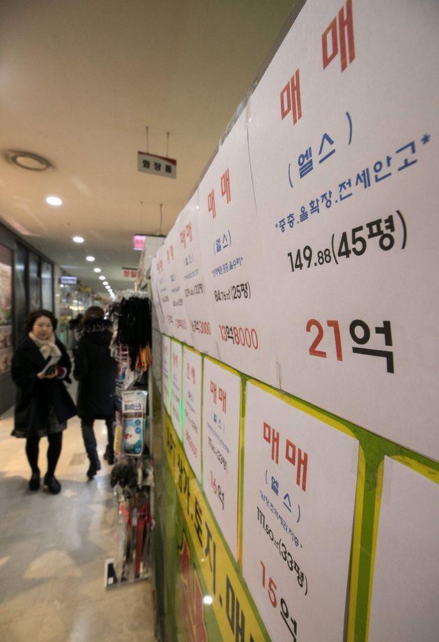 지난 1월 9일 오후 서울 송파구의 한 부동산중개업소 밀집 지역에 붙어있는 전세와 매매 시세 전단.