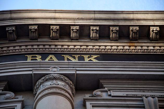 Σε σπιράλ κινδύνου οι τράπεζες, σφυροκόπημα στο Χρηματιστήριο και κόκκινα