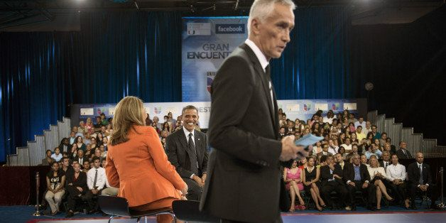 US President Barack Obama (C) talks with co-host Maria Elena Salinas (L) as co-host Jorge Ramos looks over papers during a br